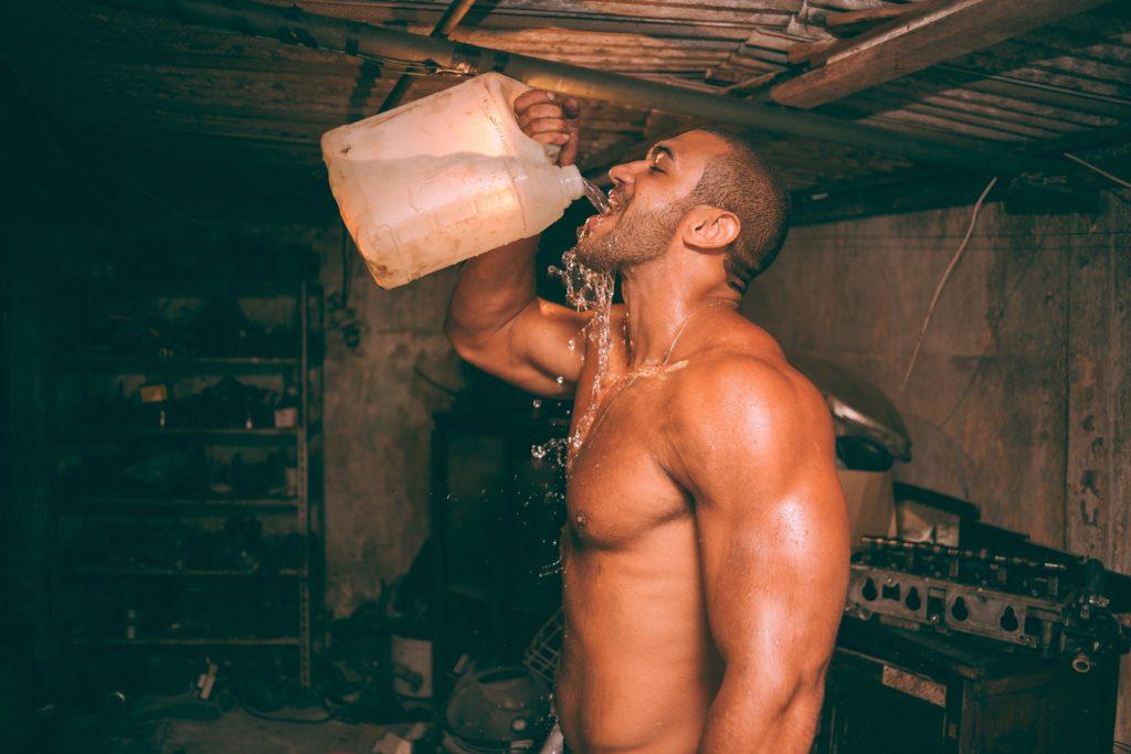 筋トレ後に多量の水を飲むトレーニー